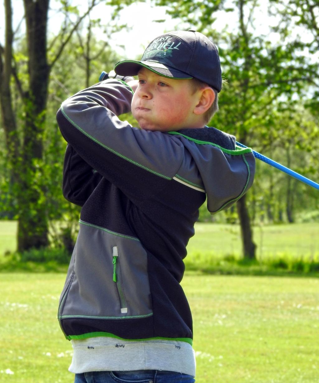 De kleine Gijs pakt zijn kans om op de Heemskerkse voor het eerst de grote baan te spelen. (Foto: ) © rodi