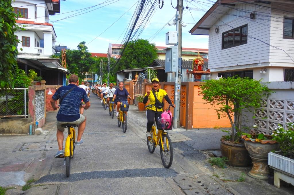 Op de gele fiets van Co van Kessel dwars door Bangkok, een belevenis om niet te missen. (Foto: ) © rodi