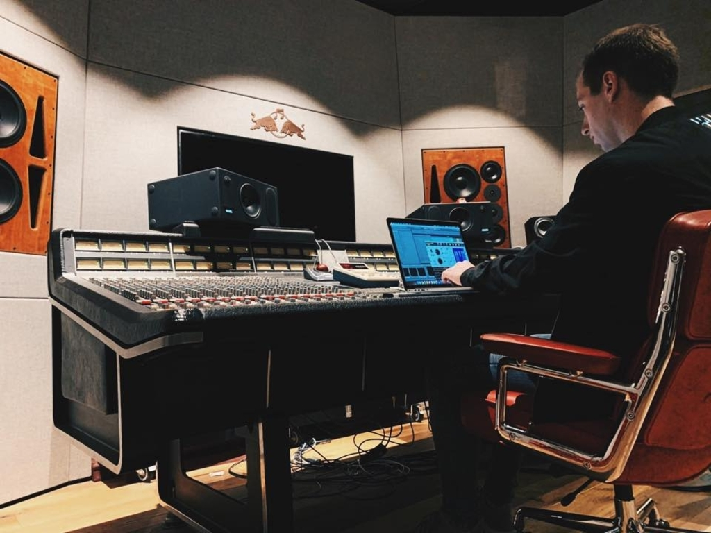 Bas actief in de studio Foto: aangeleverd © rodi