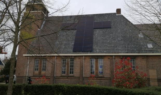 LANDSMEER - Je kunt zonnepanelen in lange rijen op je dak laten leggen, maar het kan ook anders. Op het dak van kerkgebouw Het Kruispunt zijn ze vandaag in stijl geplaatst. (Foto: Rodi Media/MvS) © rodi