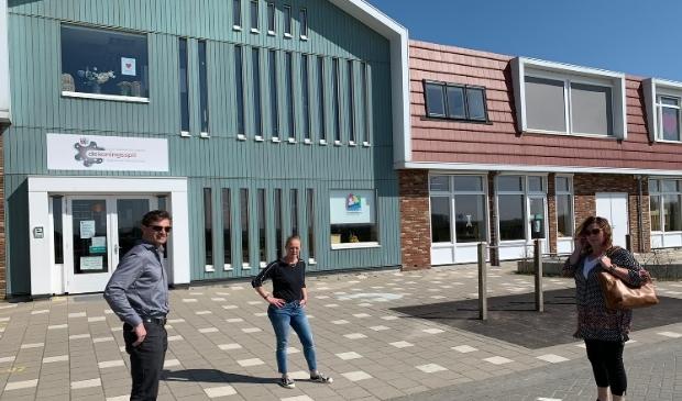 Wethouder Runderkamp (VVD) in overleg met de directie van de school in Oosthuizen. Vanwege de coronamaatregelen op gepaste afstand.