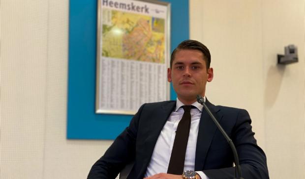 Raadslid Donny van den Berg in de raadszaal van de gemeente Heemskerk.