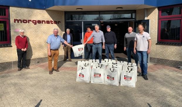Willem Fritzemeijer van de Rotary Club Den Helder overhandigt de pakketten symbolisch aan Nico Bais, de voorzitter van de Helderse Voedselbank.