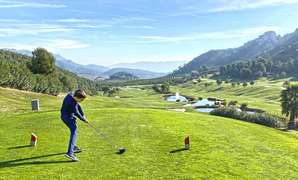 Jesse slaat af op de golfbaan in Spanje. (Foto: ) © rodi