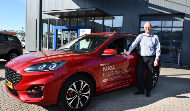 Verkoopadviseur Bert Ploeg van Dekkerautogroep, de Ford dealer met acht vestigingen door heel Noord-Holland, bij de nieuwe Kuga.