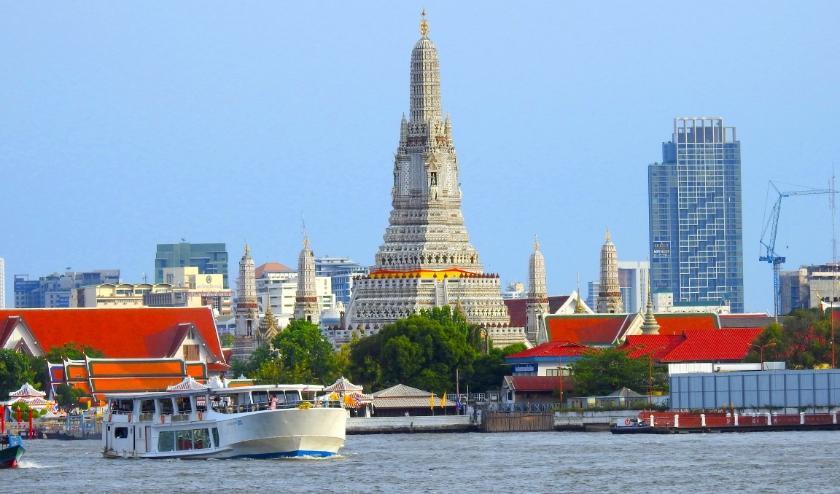 De Chao Praya River is het kloppend hart van Bangkok. Op de oever de fameuze tempel van Wat Arun. (Foto's Eric Korver/NGM)