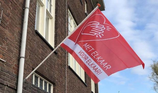 Aan de brandweerkazerne aan de Buurterstraat op Marken wappert ook de 'Coronavlag'.