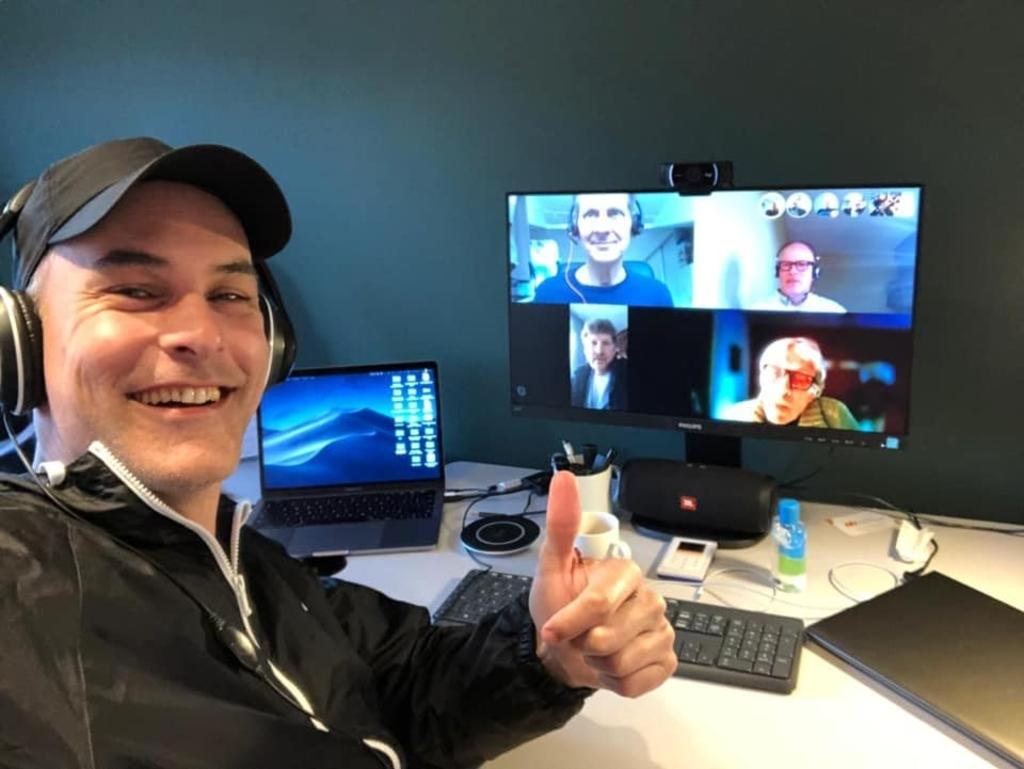 Bezoeker Bjorn Janssen samen de mannegroep samen tijdens een skype sessie.  (Foto: aangeleverd) © rodi