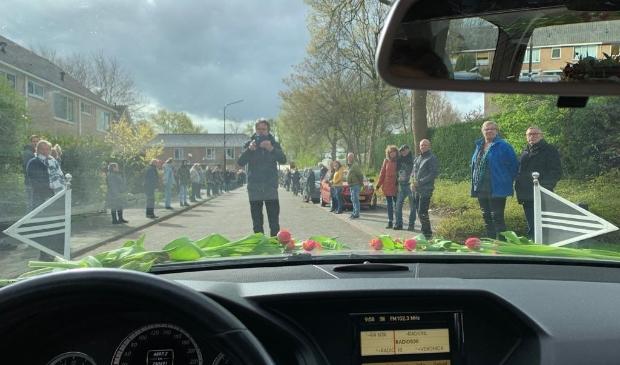 Een erehaag als laatste groet aan een overledene op weg naar het crematorium.