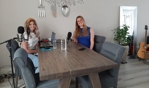 Mandy en Kim nemen hun podcast op aan de eettafel van Mandy.