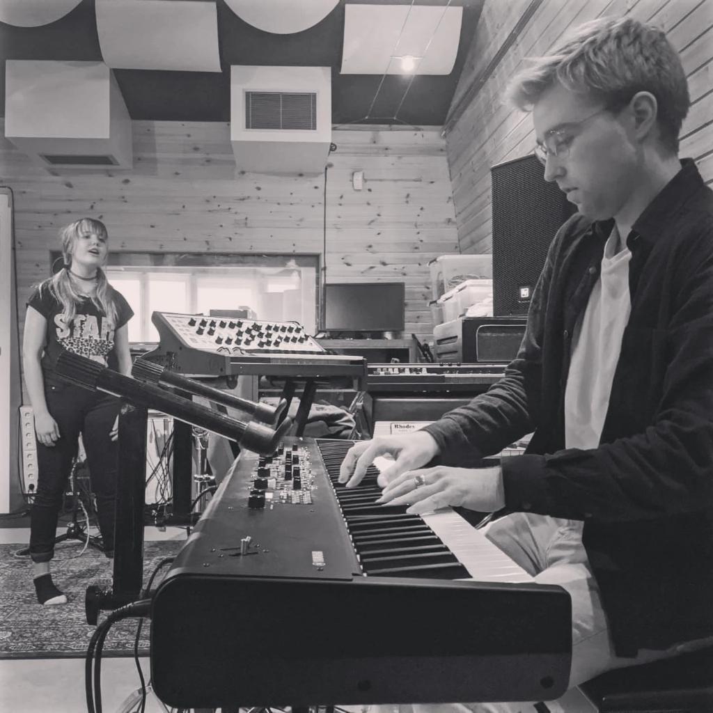Joey en Feej tijdens de opnames in de studio. (Foto: aangeleverd) © rodi