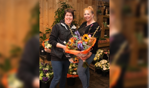 Nathalie (links) en Corinne (rechts) leverden bloemen aan de bewoners van Westerhout.