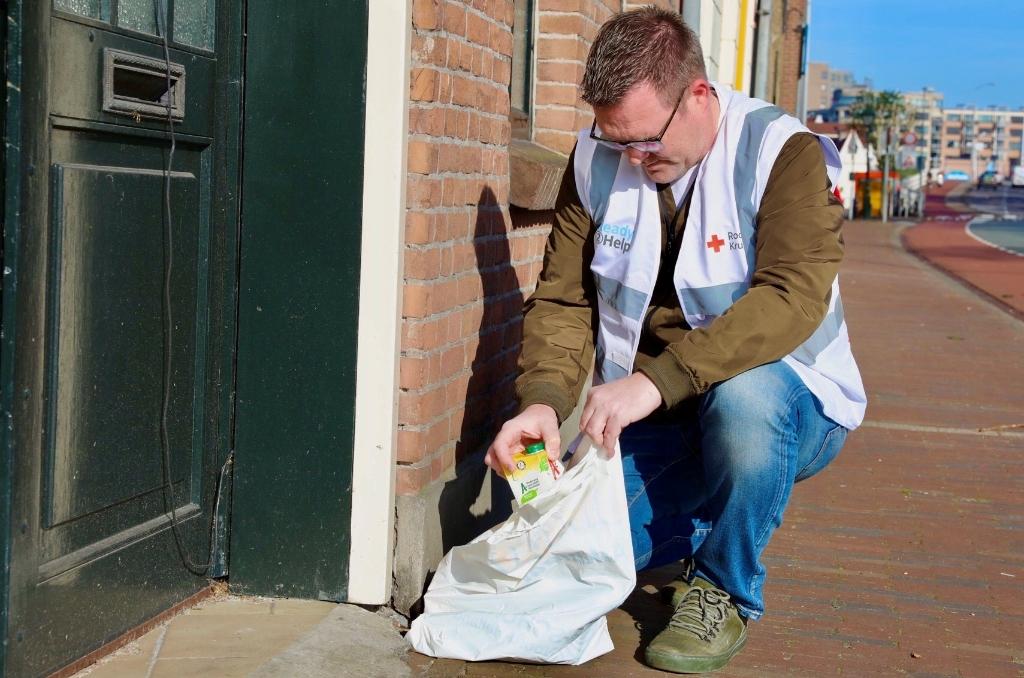 Vrijwilliger Albert de Jong in actie voor het Rode Kruis. (Foto: vincentdevries.nl) © rodi