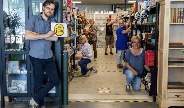 Helemaal vooraan Entenie Kleerekoper. Hij en de vrijwilligers in de winkel zijn er weer helemaal klaar voor.