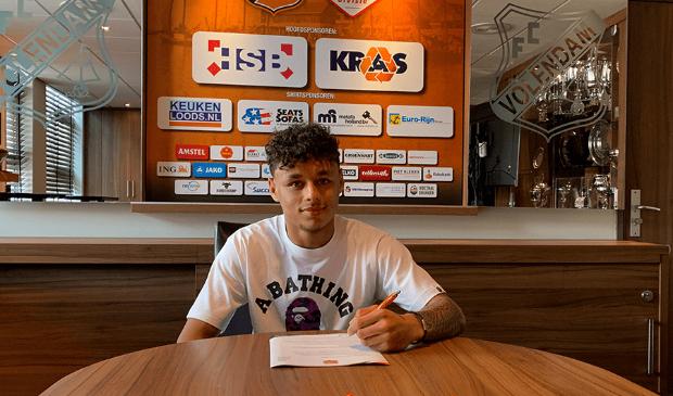 Dean James tekent zijn eerste contract bij FC Volendam.