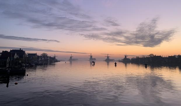 Is het in de nieuwe anderhalve meter samenleving nog mogelijk om met zoveel mensen over de smalle dijken van de Zaanse schans te lopen?