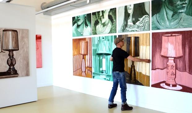 Hein Vandervoort richt zijn tentoonstelling in.