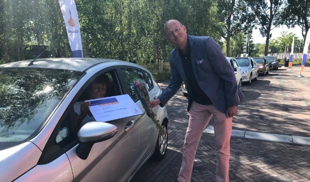 Jan Klaver, directeur Particulieren en Private Banking reikt een cheque uit aan de Rock aan Roll Street in Akersloot.