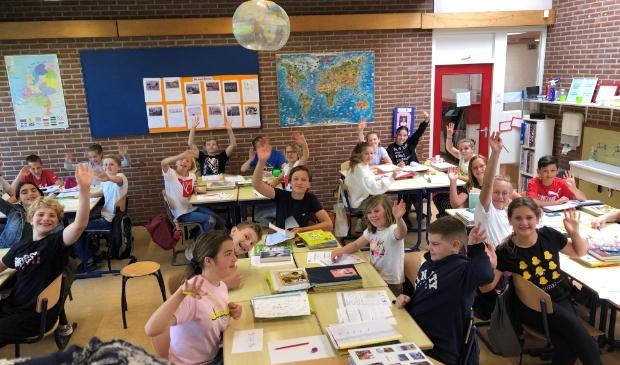 Groep 8 is blij dat ze weer in de klas les krijgen.