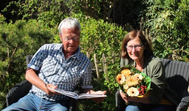Peter en Marry Kool hebben de primeur: als eerste bekijken zij het nieuwe jaarboek.