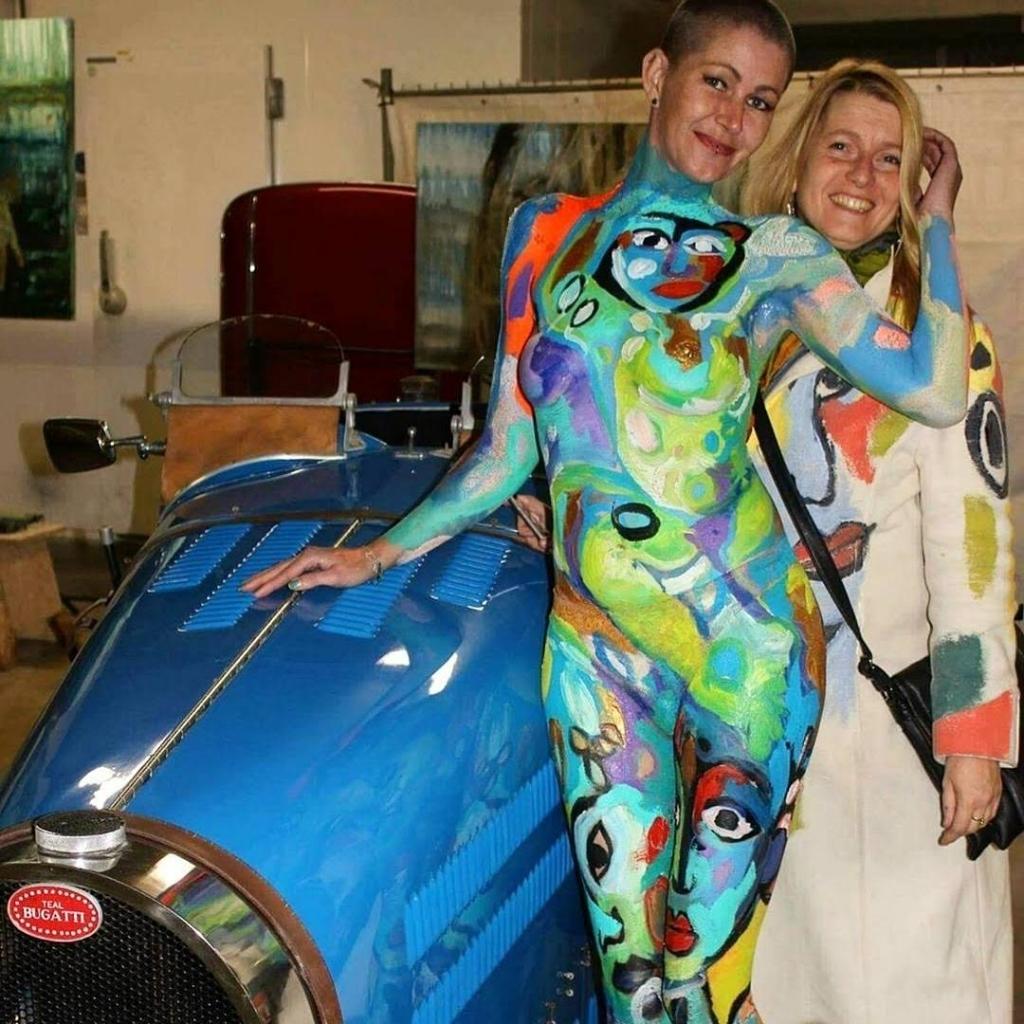 Helen Roeten met haar bodypaintmodel Andrea in Het Wapen van Bergen (Foto: aangeleverd) © rodi