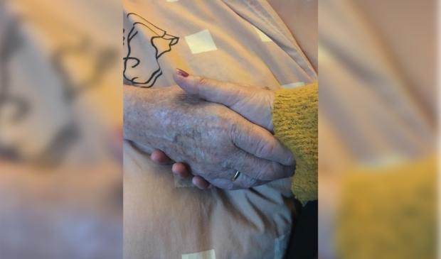 Vader en dochter houden elkaars hand vast. Dit is niet meer gebeurd sinds 20 maart.