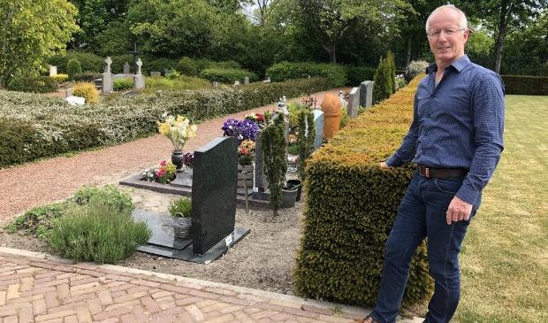 Theo Wever is blij dat hij met de vrijwilligersgroep het groen van de begraafplaats kan onderhouden (foto: Uitvaartvereniging Sint Paulus Waarland).
