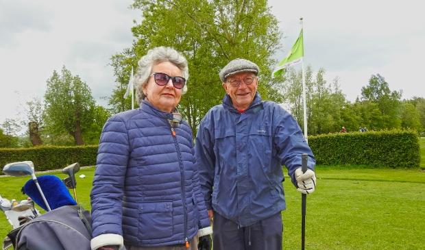 Maureen Kroon en Henk Lor zijn er klaar voor. ,,Die eerste afslag, da's toch het spannendst.'' (Foto: ) © rodi