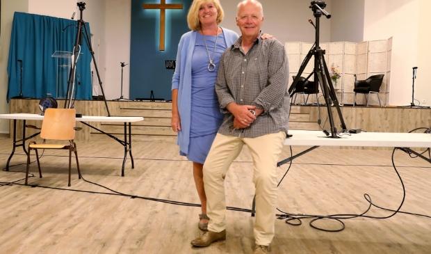 Machiel Jonker en zijn vrouw Yvonne bereiden de online diensten van pinkstergemeente Sjaloom voor.