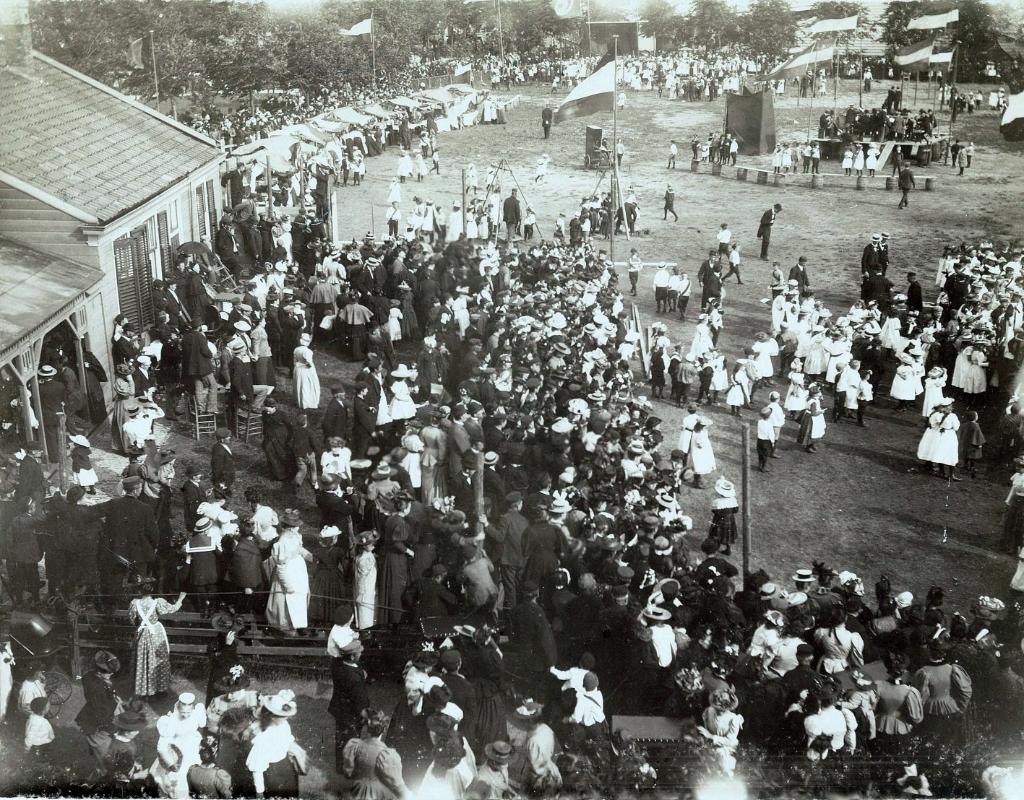 Feest in 1897 tijdens Pinksteren op de Burcht . Links de 'nieuwe' stadsherberg.   (Foto: Gemeentearchief Zaanstad) © rodi
