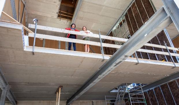 Hedy en Camée in de nieuw te openen Halte Bellevue.