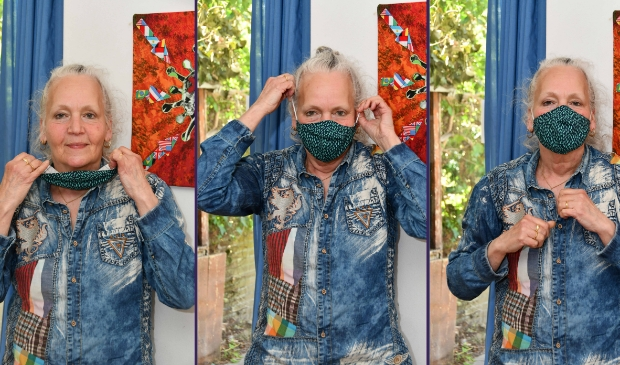Ginaninna Rijsdijk toont haar zelfgemaakte mondkapje.
