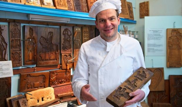 Jacco Spil legt uit over de historie van de bakkerij.