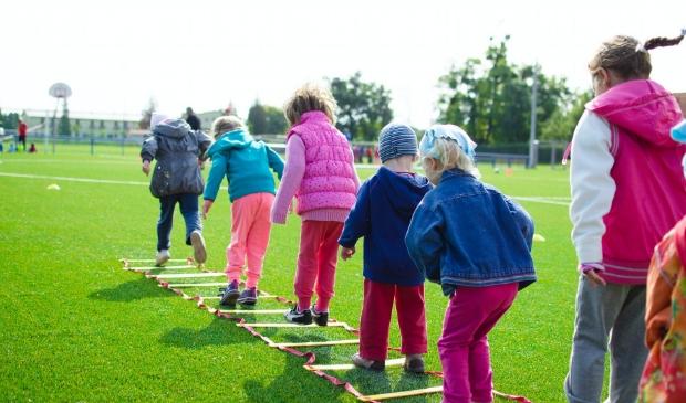 Sportende kinderen in de buitenlucht.