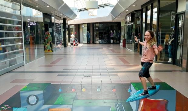 De 24 jarige kunstenares maakt 3D streetpainting in het winkelcentrum.