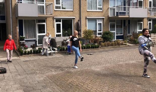 Local Heroes geven 'workout' aan ouderen in verzorgingshuis.
