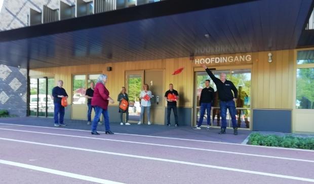 Medewerkers van de school van Heliomare krijgen goodiebags.