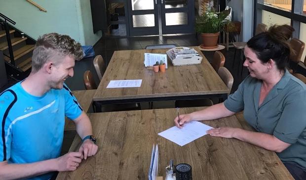 Onder toeziend oog van Bart Kwantes van Heerhugowaard Sport NV ondertekent Jorien Weel namens KSV de intentieverklaring.