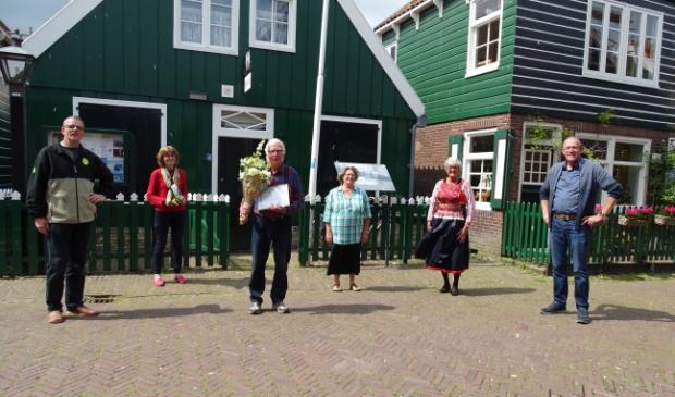 Op gepaste afstand poseren bestuursleden van de Vereniging 'Historisch Eiland Marken' rond Pieter Korstman voor het Marker Museum.