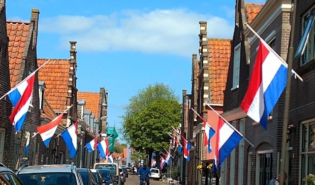 <p>In de binnenstad van Enkhuizen wordt normaal gesproken veel gevlagd. Is dat vandaag met de harde wind ook zo?</p>