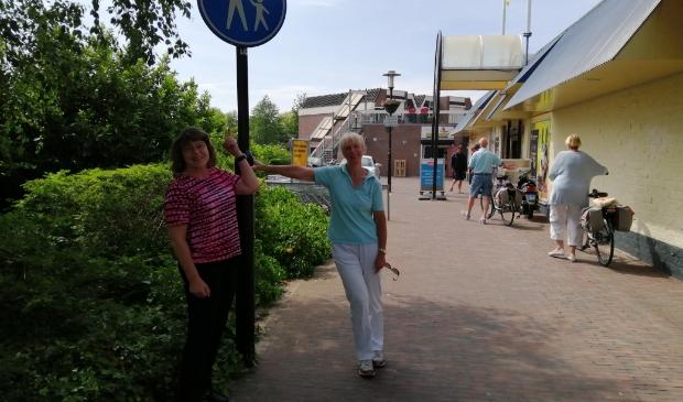 Hanneke (links) en Anneke willen dat de doorsteek veilig blijft voor voetgangers.