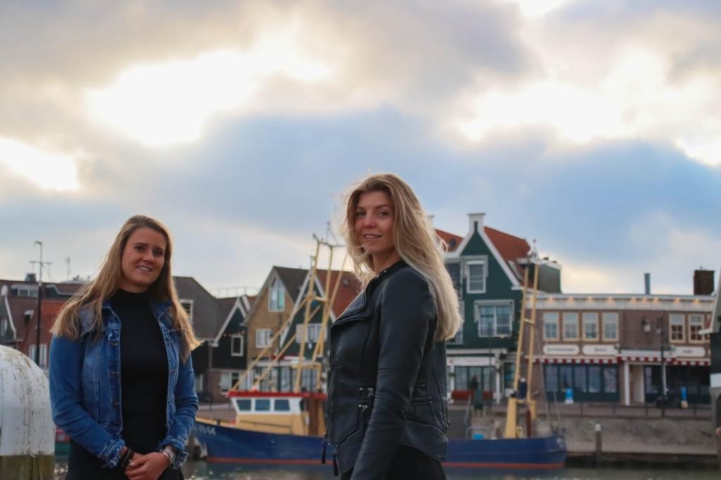 Mandy en Kim met hun tweewekelijkse podcast in Volendam. (Foto: aangeleverd) © rodi