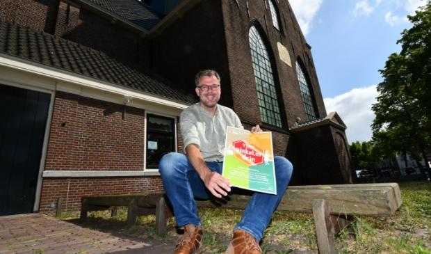 Bas Husslage, met poster 'Ik vier Pinkster drie', voor de Bullekerk op de plek waar ooit een 'schans' was gevestigd. Het is tevens één van locaties die je tegenkomt in de fietstocht.
