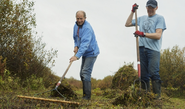 Vrijwilligers van het Ecoproject in het Streekbos gaan een gemengde bloemenweide aanleggen om bijen en insecten van voedsel te voorzien.