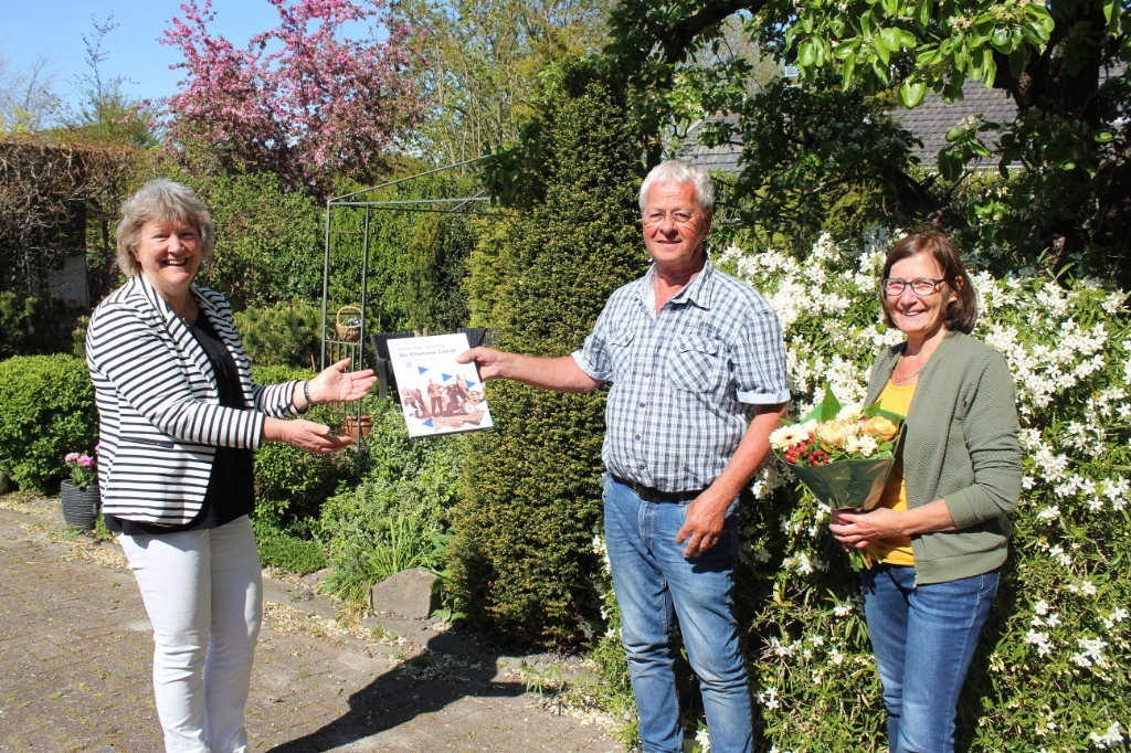 Ina Broekhuizen, voorzitter van De Cromme Leeck overhandigt het eerste exemplaar aan Peter en Marry Kool. (Foto: Han Staal) © rodi