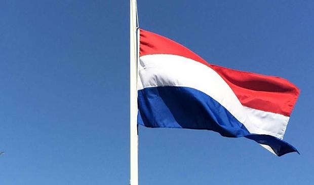 <p>In Nederland hangt 4 mei de vlag halfstok.</p>