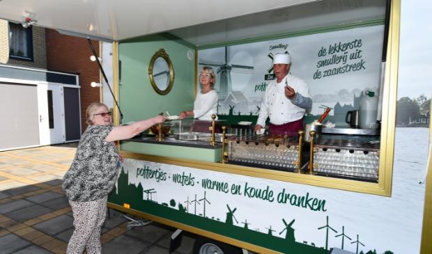 Willem Arends schonk aan het begin van de coronacrisis al 430 vuurwerkbrillen aan de zorg, afgelopen week trakteerde hij, samen met zijn vrouw de bewoners van Zorgcirkel Torenerf op ouderwets lekkere poffertjes.