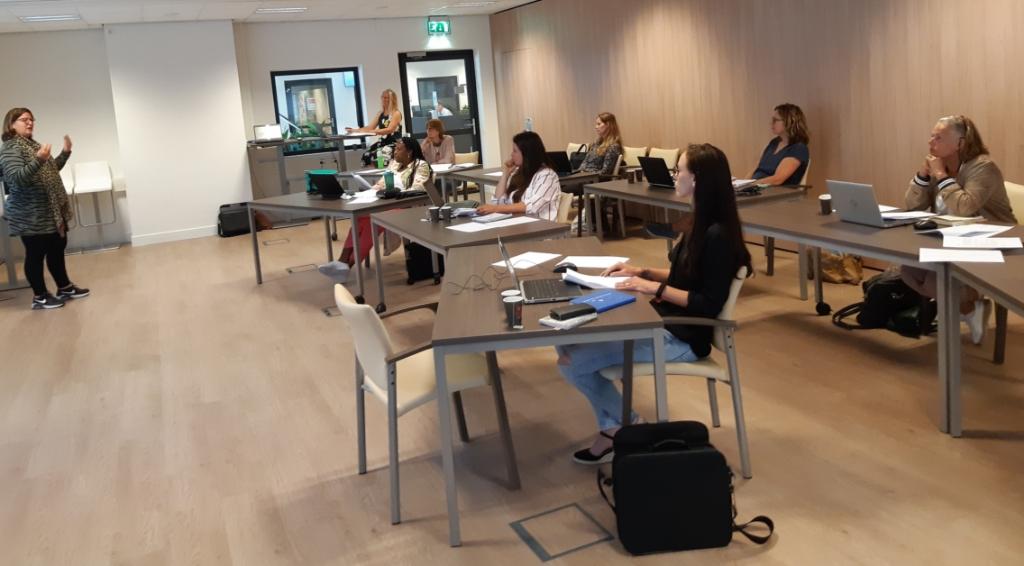 Verpleegkundige infectieziekten Anita de Boer (l) geeft collega's van de GGD laatste instructies voor het bron- en contactonderzoek bij mensen die positief getest zijn op corona. (Foto: GGD Hollands Noorden) © rodi