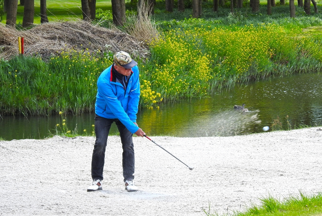 Jaap Kwakkel wordt meteen getest in de bunker. ,,Ik heb de dagen afgeteld, net als iedereen die van golfen houdt.'' (Foto: ) © rodi