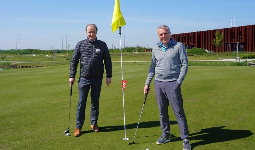 Prof. dr. Casper van Eijck (links) en Onno Jacobs, directeur Golfbaan Bentwoud.